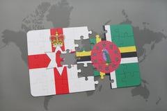 imbarazzi con la bandiera nazionale dell'Irlanda del Nord e della Dominica su una mappa di mondo Fotografia Stock