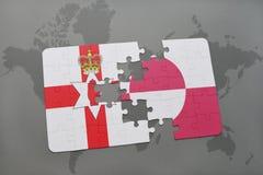 imbarazzi con la bandiera nazionale dell'Irlanda del Nord e della Groenlandia su una mappa di mondo Fotografia Stock Libera da Diritti