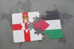 imbarazzi con la bandiera nazionale dell'Irlanda del Nord e della Palestina su una mappa di mondo Immagine Stock