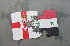imbarazzi con la bandiera nazionale dell'Irlanda del Nord e della Siria su una mappa di mondo Fotografia Stock
