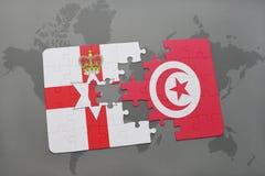 imbarazzi con la bandiera nazionale dell'Irlanda del Nord e della Tunisia su una mappa di mondo Immagini Stock Libere da Diritti