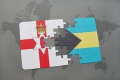 imbarazzi con la bandiera nazionale dell'Irlanda del Nord e delle Bahamas su una mappa di mondo Fotografia Stock