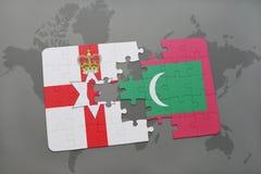 imbarazzi con la bandiera nazionale dell'Irlanda del Nord e delle Maldive su una mappa di mondo Fotografia Stock Libera da Diritti