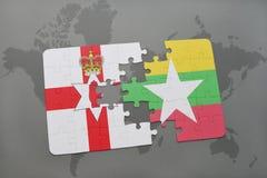 imbarazzi con la bandiera nazionale dell'Irlanda del Nord e di myanmar su una mappa di mondo Immagine Stock Libera da Diritti