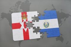 imbarazzi con la bandiera nazionale dell'Irlanda del Nord e del El Salvador su una mappa di mondo Fotografia Stock Libera da Diritti