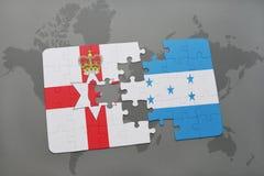 imbarazzi con la bandiera nazionale dell'Irlanda del Nord e dell'Honduras su una mappa di mondo Fotografia Stock