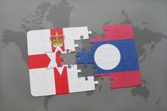 imbarazzi con la bandiera nazionale dell'Irlanda del Nord e del Laos su una mappa di mondo Fotografie Stock