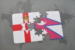 imbarazzi con la bandiera nazionale dell'Irlanda del Nord e del Nepal su una mappa di mondo Fotografia Stock
