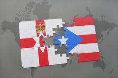 imbarazzi con la bandiera nazionale dell'Irlanda del Nord e del Porto Rico su una mappa di mondo Immagini Stock Libere da Diritti