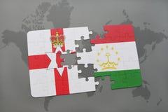 imbarazzi con la bandiera nazionale dell'Irlanda del Nord e del Tagikistan su una mappa di mondo Immagini Stock Libere da Diritti