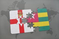 imbarazzi con la bandiera nazionale dell'Irlanda del Nord e del Togo su una mappa di mondo Immagini Stock