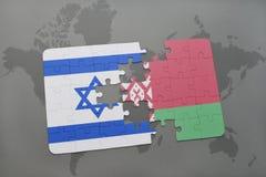 imbarazzi con la bandiera nazionale dell'Israele e della Bielorussia su un fondo della mappa di mondo Fotografia Stock Libera da Diritti