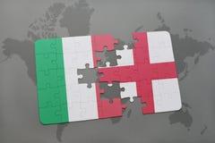 imbarazzi con la bandiera nazionale dell'Italia e dell'Inghilterra su un fondo della mappa di mondo Fotografia Stock Libera da Diritti