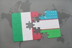 imbarazzi con la bandiera nazionale dell'Italia e dell'Uzbekistan su un fondo della mappa di mondo Fotografia Stock