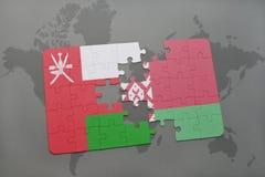 imbarazzi con la bandiera nazionale dell'Oman e della Bielorussia su un fondo della mappa di mondo Immagini Stock