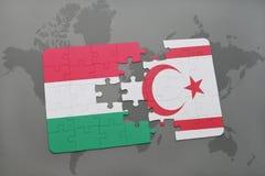 imbarazzi con la bandiera nazionale dell'Ungheria e della Cipro del Nord su una mappa di mondo Immagini Stock