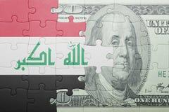 Imbarazzi con la bandiera nazionale della banconota del dollaro e dell'Iraq fotografia stock libera da diritti