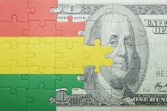 Imbarazzi con la bandiera nazionale della banconota del dollaro e della Bolivia Fotografia Stock