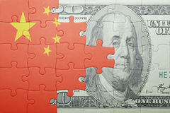 Imbarazzi con la bandiera nazionale della banconota del dollaro e della porcellana Fotografia Stock Libera da Diritti