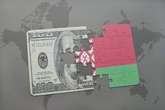 imbarazzi con la bandiera nazionale della Bielorussia e della banconota del dollaro su un fondo della mappa di mondo Immagine Stock