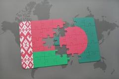 imbarazzi con la bandiera nazionale della Bielorussia e della Bangladesh su una mappa di mondo Fotografia Stock Libera da Diritti