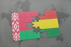 imbarazzi con la bandiera nazionale della Bielorussia e della Bolivia su una mappa di mondo Fotografia Stock