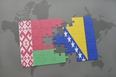 imbarazzi con la bandiera nazionale della Bielorussia e della Bosnia-Erzegovina su un fondo della mappa di mondo Fotografia Stock Libera da Diritti