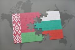 imbarazzi con la bandiera nazionale della Bielorussia e della Bulgaria su un fondo della mappa di mondo Immagini Stock Libere da Diritti