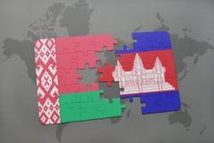 imbarazzi con la bandiera nazionale della Bielorussia e della Cambogia su una mappa di mondo Immagini Stock