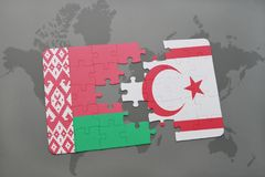 imbarazzi con la bandiera nazionale della Bielorussia e della Cipro del Nord su una mappa di mondo Fotografia Stock