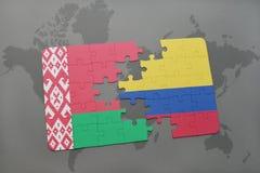 imbarazzi con la bandiera nazionale della Bielorussia e della Colombia su una mappa di mondo Immagini Stock Libere da Diritti