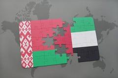 imbarazzi con la bandiera nazionale della Bielorussia e degli Emirati Arabi Uniti su una mappa di mondo Fotografia Stock Libera da Diritti