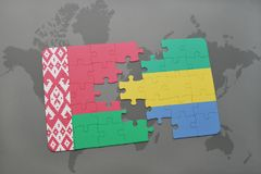 imbarazzi con la bandiera nazionale della Bielorussia e del Gabon su una mappa di mondo Immagine Stock