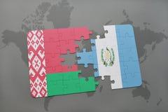 imbarazzi con la bandiera nazionale della Bielorussia e del Guatemala su una mappa di mondo Immagine Stock Libera da Diritti