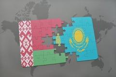 imbarazzi con la bandiera nazionale della Bielorussia e del Kazakistan su un fondo della mappa di mondo Immagine Stock