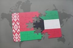 imbarazzi con la bandiera nazionale della Bielorussia e del Kuwait su una mappa di mondo Fotografia Stock