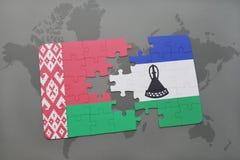 imbarazzi con la bandiera nazionale della Bielorussia e del Lesoto su una mappa di mondo Immagine Stock