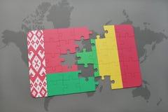 imbarazzi con la bandiera nazionale della Bielorussia e del Mali su una mappa di mondo Fotografie Stock Libere da Diritti