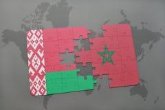 imbarazzi con la bandiera nazionale della Bielorussia e del Marocco su una mappa di mondo Fotografia Stock Libera da Diritti