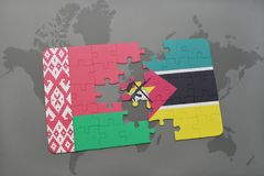 imbarazzi con la bandiera nazionale della Bielorussia e del Mozambico su una mappa di mondo Immagine Stock Libera da Diritti