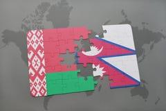imbarazzi con la bandiera nazionale della Bielorussia e del Nepal su una mappa di mondo Immagini Stock Libere da Diritti