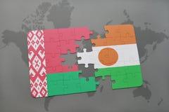 imbarazzi con la bandiera nazionale della Bielorussia e del Niger su una mappa di mondo Fotografie Stock