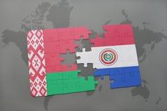 imbarazzi con la bandiera nazionale della Bielorussia e del Paraguay su una mappa di mondo Immagine Stock Libera da Diritti