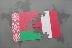 imbarazzi con la bandiera nazionale della Bielorussia e del Perù su una mappa di mondo Immagine Stock
