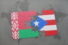 imbarazzi con la bandiera nazionale della Bielorussia e del Porto Rico su una mappa di mondo Fotografia Stock Libera da Diritti