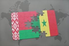 imbarazzi con la bandiera nazionale della Bielorussia e del Senegal su una mappa di mondo Fotografie Stock Libere da Diritti