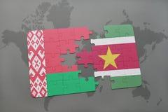 imbarazzi con la bandiera nazionale della Bielorussia e del Surinam su una mappa di mondo Immagini Stock Libere da Diritti