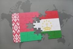 imbarazzi con la bandiera nazionale della Bielorussia e del Tagikistan su una mappa di mondo Fotografie Stock Libere da Diritti