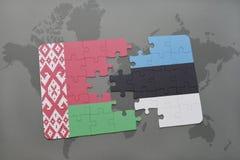 imbarazzi con la bandiera nazionale della Bielorussia e dell'Estonia su un fondo della mappa di mondo Fotografie Stock Libere da Diritti