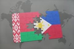 imbarazzi con la bandiera nazionale della Bielorussia e delle Filippine su una mappa di mondo Fotografia Stock Libera da Diritti